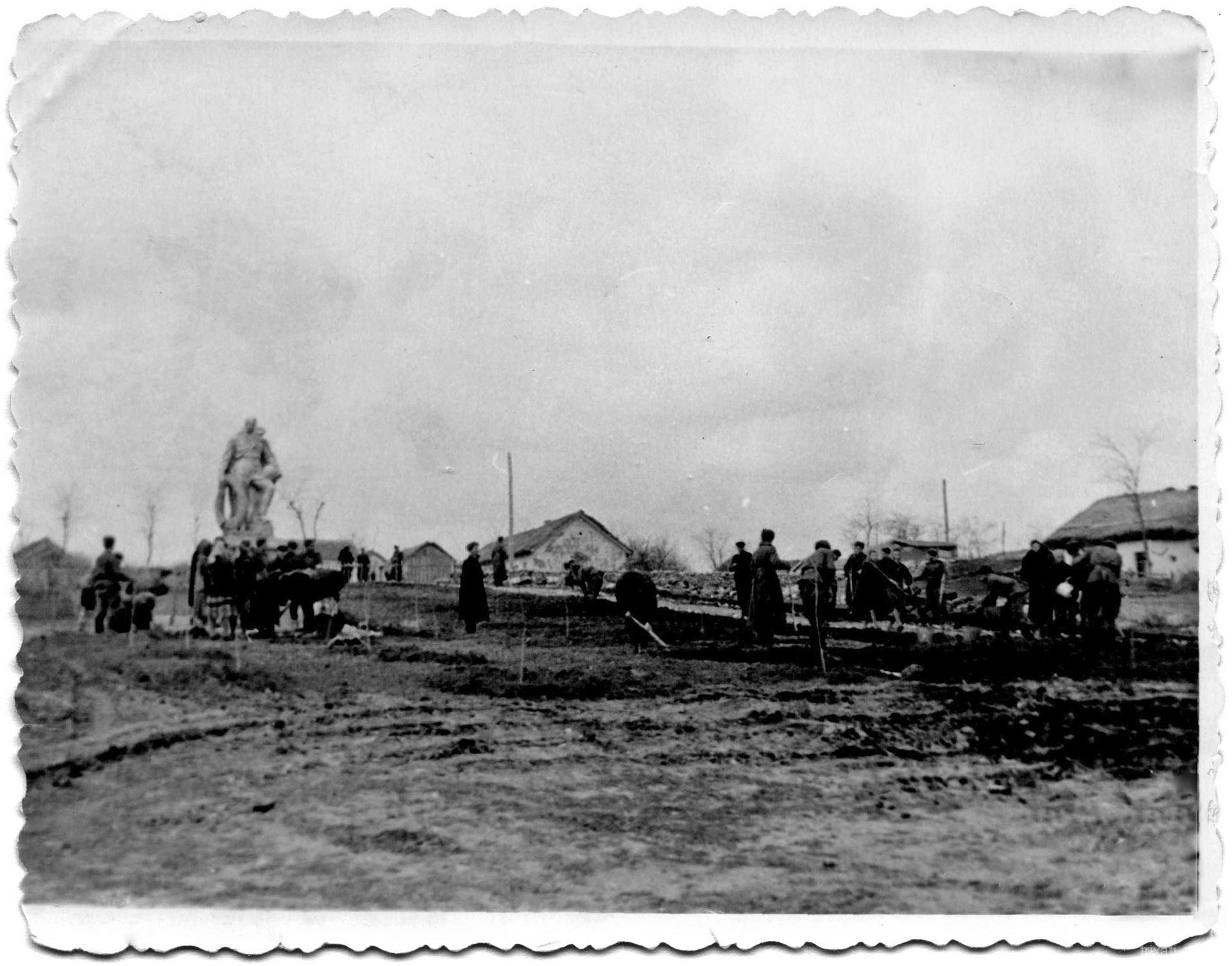 Військовий пам'ятник у Трихатах. 1955 рік