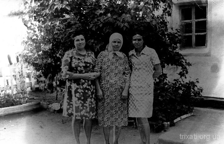 У бабушки во дворе. справа – Валя , слева – её сестра Лидия