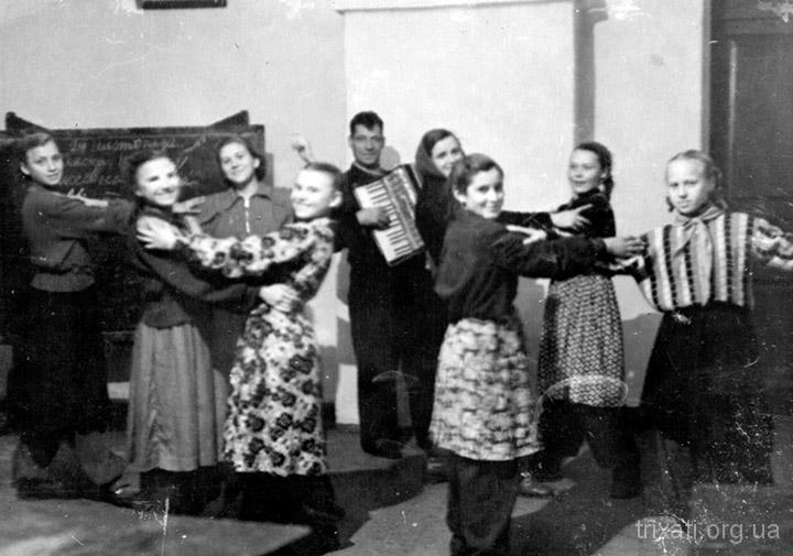 Вечір у Трихатській школі, 1958 рік