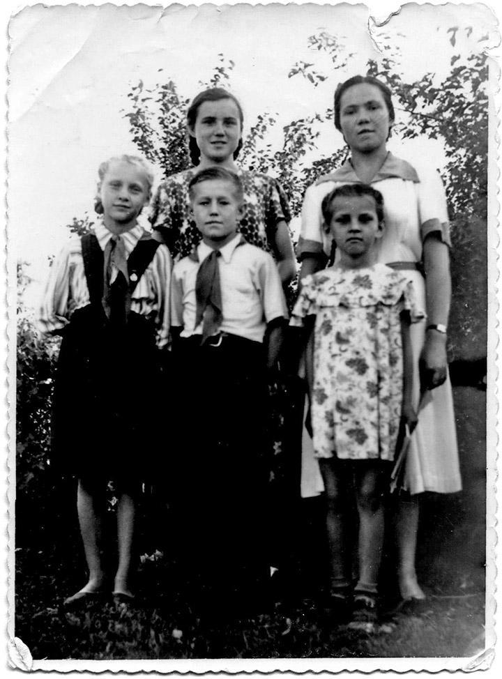 24 мая 1957 год. Усикова Валя, Кондратьева Лида, Иванова Люба, Грохотов Женя, Деменко Г.А